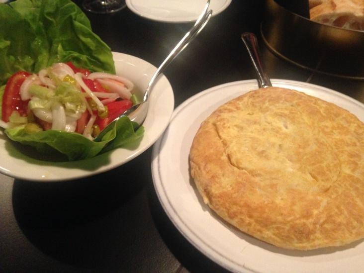 Tortilla de Patata de Grandas de Salime con bol de ensalada