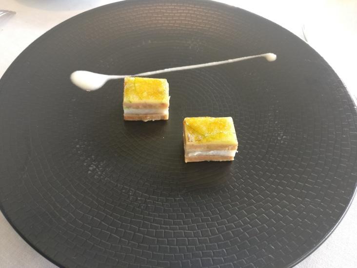 Milhojas caramelizado de anguila ahumada, foi gras, cebolleta y manzana verde